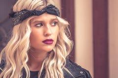 Potrait привлекательной девушки с красивым вьющиеся волосы стоковые фотографии rf