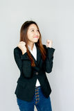 Potrait asiatische Damenshowhandvoll und -lächeln auf grauem Isolat Stockfoto