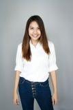 Potrait Asien Damen-Minilächeln in zufällige Reihe weißem Hemd und blau lizenzfreies stockfoto