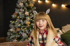 Potrait av den roliga lilla flickan med ett djur gå i ax i jultid Royaltyfria Foton