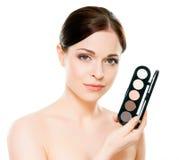 Potrait av en kvinna som rymmer en makeuppalett Arkivbild