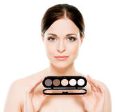 Potrait av en kvinna som rymmer en makeuppalett Royaltyfri Fotografi