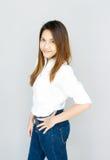 Potrait Azja damy mini uśmiech w przypadkowego apartamentu Białej koszula, błękitny i Zdjęcie Stock