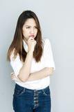 Potrait Azja damy mini uśmiech w przypadkowego apartamentu Białej koszula, błękitny i Fotografia Royalty Free