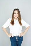 Potrait Azjatyckiej damy mini uśmiech w przypadkowego apartamentu Białej koszula i bl Obrazy Royalty Free