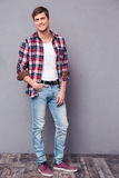 Potrait completo do comprimento do homem feliz encantador na camisa de manta Fotos de Stock