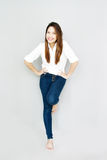 Potrait damy Azjatycki uśmiech w przypadkowym apartamencie, jest ubranym Białą koszula i b Obraz Stock