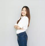 Potrait damy Azjatycki uśmiech w przypadkowym apartamencie, jest ubranym Białą koszula i b Zdjęcia Royalty Free