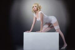 Potrait de la sensualidad de la mujer bonita con el cubo Imagen de archivo libre de regalías