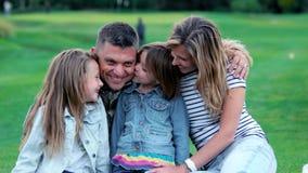 Potrait de los niños que besan a su padre del soldado almacen de metraje de vídeo