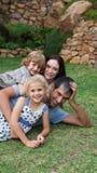 Potrait de una familia joven en el jardín Fotografía de archivo libre de regalías