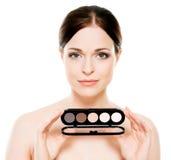Potrait de una mujer que sostiene una paleta del maquillaje Fotografía de archivo libre de regalías
