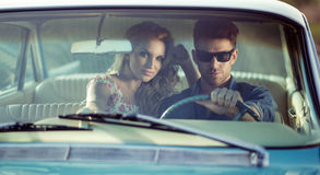 Potrait dell'automobile di giovani coppie Fotografia Stock
