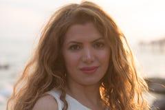Potrait der schönen jungen Frau mit Hintergrundbeleuchtung lizenzfreies stockfoto