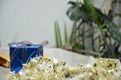 Potrait di un contenitore di regalo blu sulla tavola del cemento immagini stock