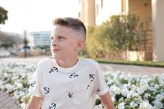 Potrait eines Jugendlichen mit gerade gemachtem modermnstylish Haarschnitt stockfotografie