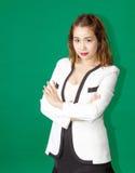 Potrait elegante de los posts de la señora asiática del negocio Fotos de archivo libres de regalías