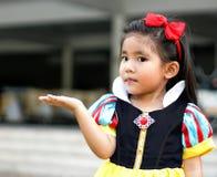 Potrait Prinzkleid mit nettem asiatischem Mädchen stockfotos