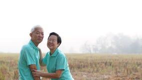 Potrait van Aziatisch hoger paar op heldergroene achtergrond stock afbeelding