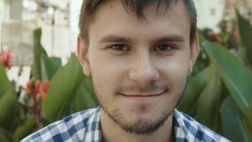 Potrait van de glimlachende jonge mens stock footage
