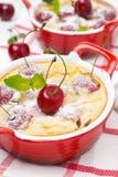 Potrawka (clafoutis) z wiśnią w ramekin, zakończenie zdjęcie stock
