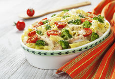Potrawka makaron z kurczakiem i brokułami fotografia stock