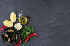 Potrawka z mussels, cytrynami, chili pieprzem i pikantność, Zdjęcia Stock