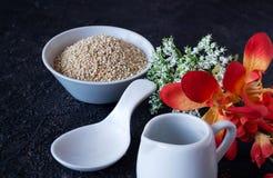 Potrawka z quinoa i kwiatami fotografia stock