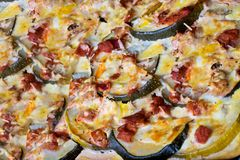 Potrawka z zucchini, pomidorami i jajkami na wypiekowym prześcieradle, Soczysta potrawka z courgettes zdjęcia stock