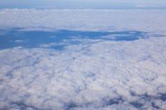 Potrebbe nel cielo sotto l'aeroplano dalla finestra fotografie stock libere da diritti