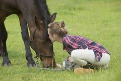 Potro de la muchacha y del animal doméstico Imagen de archivo libre de regalías