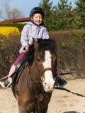 Potro del montar a caballo de la niña Imagen de archivo