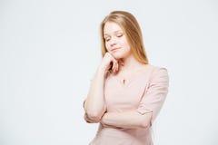 Potrtrait av tänka för ung kvinna royaltyfria bilder