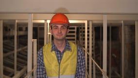 Potrząsalna głowa Zatwierdzać pracownikiem, inżynier lub architekt na budowie, Tak zbiory wideo