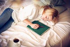 Potrzeba budził się Młody uczeń w łóżku obraz royalty free