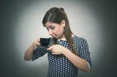 Potrzeba dla kawy Brak kawa kawa więcej czasu dziewczyna kubki zdjęcie stock
