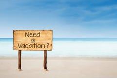 Potrzebuje urlopowego znaka na plaży Zdjęcie Stock