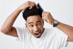 Potrzeby nowy ostrzyżenie Portret dojrzały śmieszny piękny skinned afrykański facet z kędzierzawym włosy w przypadkowej białej ko obrazy stock