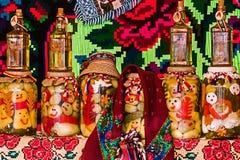 Pots avec des conserves au vinaigre et des bouteilles avec de l'alcool Photos stock