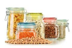 Pots avec des nourritures de grain sur le blanc Photo stock
