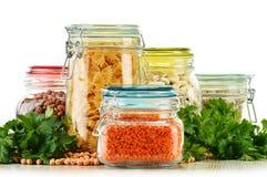 Pots avec des nourritures de grain sur le blanc Photos stock