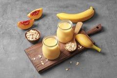Pots avec des secousses de protéine de fruit images libres de droits