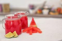 Pots avec des tranches de smoothie, de pastèque et de chaux Images libres de droits