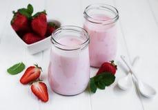 Pots avec du yaourt de fraise Photos stock
