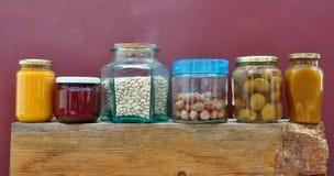 Pots avec la confiture et les écrous Photographie stock