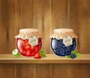 Pots avec la confiture sur l'étagère en bois Image stock