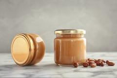 Pots avec le beurre d'arachide crémeux photographie stock