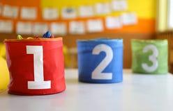 Pots avec le grand lettrage un deux et trois sur la table dans Image libre de droits