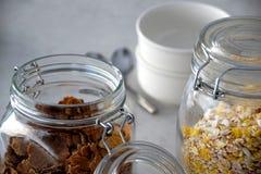 Pots avec le muesli et les cornflakes images libres de droits