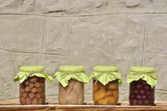 Pots avec les compotes fruitées Conserve de fruits Photographie stock libre de droits